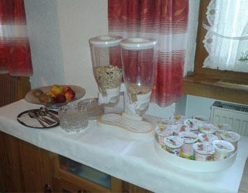 Fr�hst�cksbuffet: Obst, Cornflakes, Joghurt